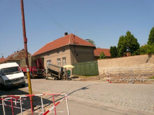 Velkou část práce však odvedly řízené podvrty. Díky nim nevylo nutné rozkopat celou obec.